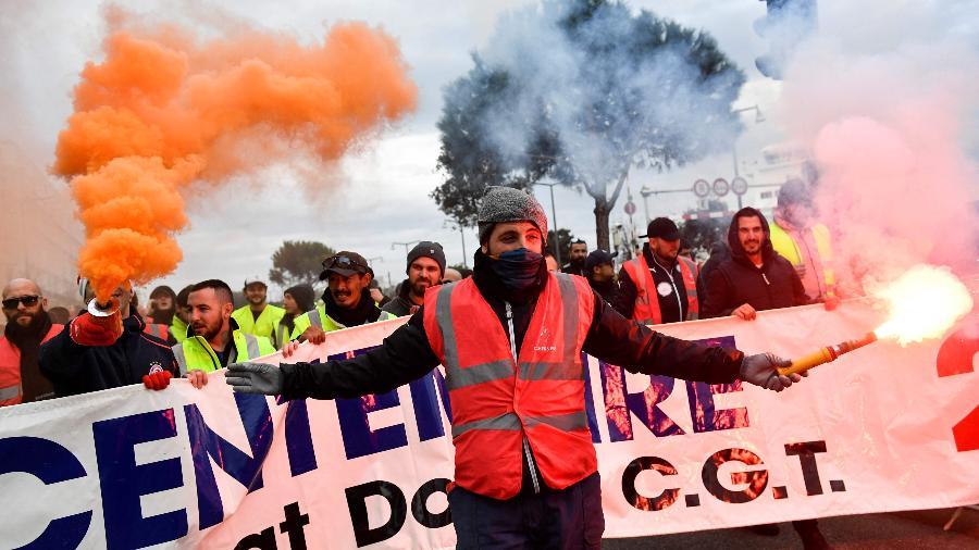 5dez2019---manifestantes-protestam-contra-reforma-da-previdencia-em-paris-na-franca-em-dia-de-greve-geral-1575547193572_v2_900x506